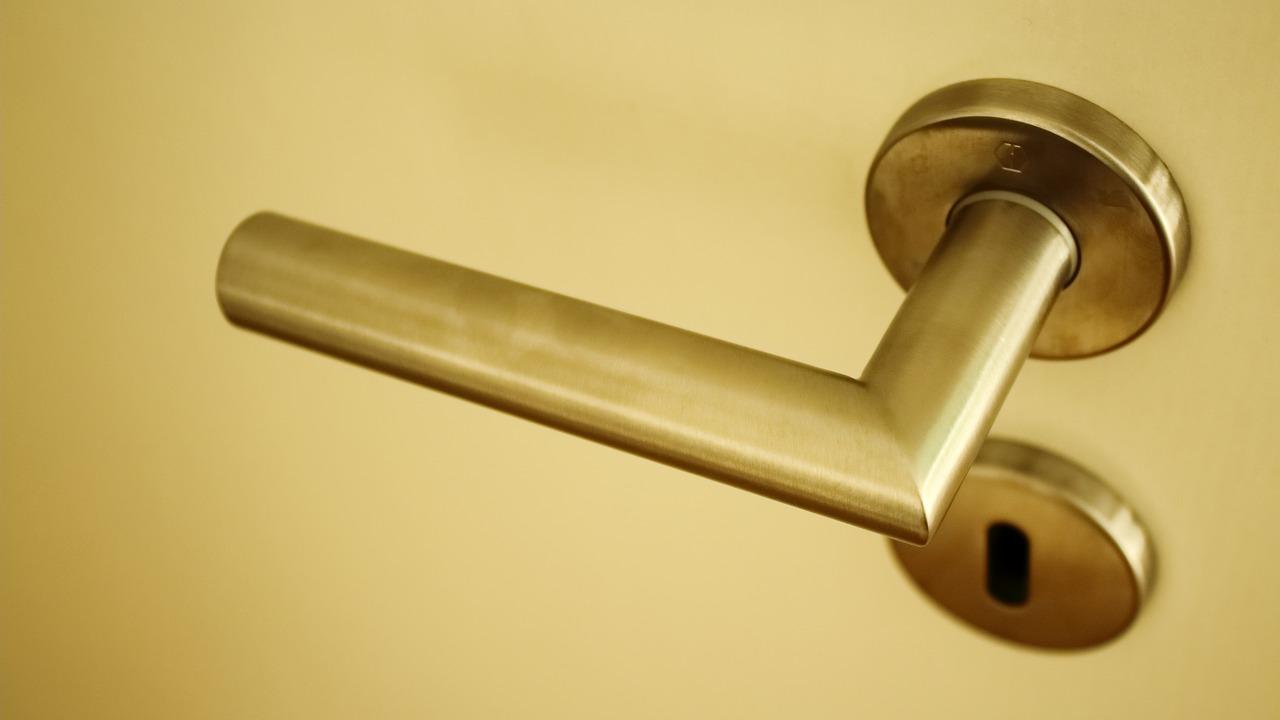 Comment installer une poignée de porte ?